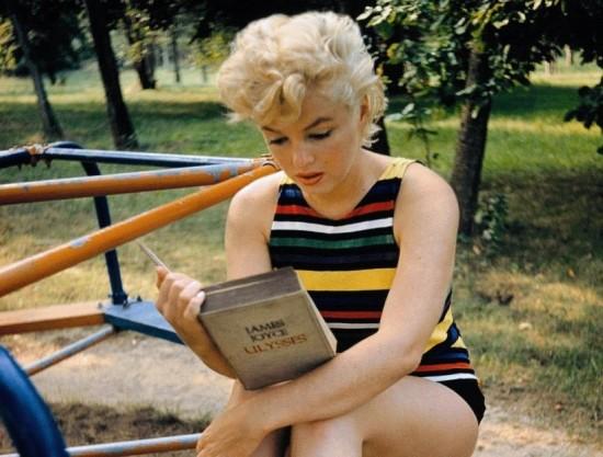 Marilyn-leyendo-a-Joyce